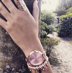 """GEWELDIGE shoot van """"Petite"""" horloge met hamsa armbandje 😊. Dit dameshorloge is perfect voor dames met een dun polsje, en samen met het hamsa armbandje heb je dé perfecte match! Link in bio . . ."""