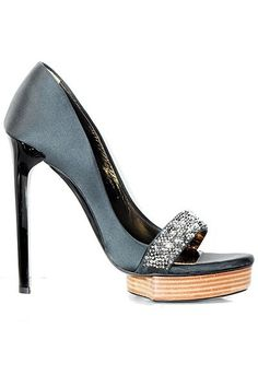 Shoegasm of the day. Need style? Go to http://fash-fwd.com and follow us on Instagram @Yanira v Hernández-FWD.