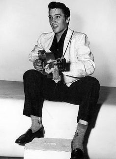April 1956 - Paramount Pictures signed Elvis Presley to a three-movie contract just a few days after his first screen test. Elvis Presley Young, Young Elvis, Elvis Presley Photos, Elvis Presley Wallpaper, Beautiful Voice, Most Beautiful Man, Rock And Roll, Elvis Memorabilia, Graceland Elvis