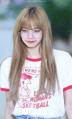 Blackpink in your area . Blackpink Lisa, Jennie Blackpink, South Korean Girls, Korean Girl Groups, Charlie Brown, Lisa Blackpink Wallpaper, Black Pink, Blackpink Photos, Kim Jisoo