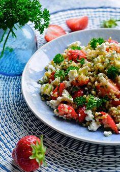 Det her er en nem bulgursalat med feta, der er er helt perfekt til sommerens grillmiddage. Jeg har blandet danske jordbær i, da det er super lækkert i salater generelt, og i den her bulgursalat giver
