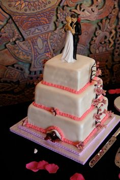 Hiding Spiderman in your wedding cake. Fun trend for couples that love comic books!