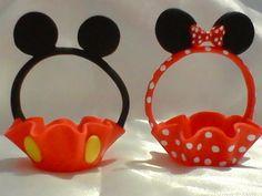Cestinha porta doce ou bombom da minie e mickey em biscuit.  -OBS:NA CoMPRA DE 100 OU MAIS DA CESTINHA DA MINIE OU Do MICKEY ,LEVA DE BRINDE O TOPO DE BOLO NA FOTO ACIMA    _A quantidade de forminhas de cada modelo pode ser escolhida pelo cliente,pode realizar o pedido só da minie ou só do mickey... Minie Mouse Party, Mickey E Minnie Mouse, Fiesta Mickey Mouse, Mickey Mouse Baby Shower, Minnie Cake, Mickey Mouse Clubhouse Birthday, Diy Gift Box Template, Murals For Kids, Mickey And Friends