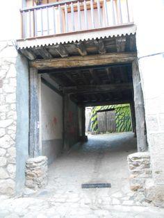 Villanueva del Conde. Callejina y al fondo la casa que señala el final de la Ruta de los Prodigios.