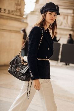 Paris Fashion Week is in full swing. See the best Paris Fashion Week street style from the shows circuit. All the Paris fashion week street style inspiration you need from the shows at PFW. Seoul Fashion, Paris Street Fashion, Fashion Mode, Fashion Outfits, Style Fashion, London Street, Japan Fashion, Vogue Fashion, Ootd Fashion