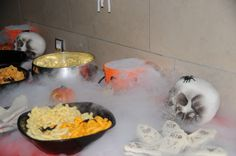 Ideas fiesta halloween Sandwiches tumba, humo con hielo seco....arañitas decorándolo todo http://www.babyproductos.es/