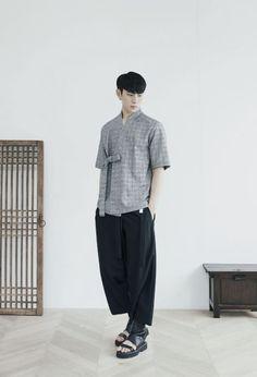 Traditional Fashion, Traditional Outfits, Korean Fashion Men, Mens Fashion, Kimono Fashion, Fashion Outfits, Modern Hanbok, Modern Kimono, Geometric Fashion
