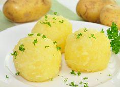 Kartoffelknödel kommen in Bayern als Beilage zu Schweinsbraten, Kalbshaxe oder der 1/4 Ente auf den Teller. Dieses Rezept ist einfach und gelingt immer !