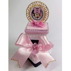 E quando vc ama tanto que não quer nem enviar?! Rsrs ❤ Personalizados de luxo para a princesa Helena. Envio para todo o Brasil #partiuSP… Minnie Mouse Pink, Mickey Mouse, Alice, Neon Party, Pink And Gold, Perfume Bottles, Baby Shower, Scrapbook, Gifts
