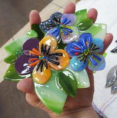Que hermoso trabajo. Fused Glass Bowl, Fused Glass Ornaments, Mosaic Glass, Stained Glass Crafts, Faux Stained Glass, Stained Glass Patterns, Glass Fusion Ideas, Glass Fusing Projects, Wine Bottle Candles