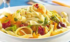 Macarrão com legumes e tomate seco