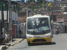 Micro-ônibus utilizados em Olinda são geridos pelo Grande Recife. (Foto: Katherine Coutinho / G1)  -  Na Região Metropolitana do Recife, os ônibus do tranporte coletivo não conseguem chegar a todos os lugares. Como são veículos grandes, por vezes é impossível fazer uma curva em ruas estreitas, em outras, a demanda não é suficiente para a linha. Para isso, os municípios precisam investir no transporte complementar, geralmente feito em vans e micro-ônibus, ou em Kombis