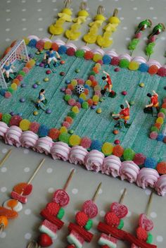 LOS DETALLES DE BEA: COMUNIONES School Cake, Soccer Birthday, Party Sweets, Candy Cakes, Diy Presents, Candy Bouquet, Fiesta Party, Candy Gifts, Sweet Cakes