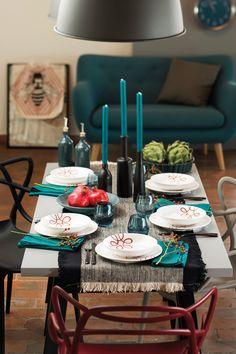 Petrol & Schwarz zu Rot? Wir sagen: Perfekt! #gmundnerkeramik #purgeflammt #handbemaltes #geschirr #design #modern Table Settings, Candles, Pure Products, Table Decorations, Modern, Design, Home Decor, Hand Painted Dishes, Red