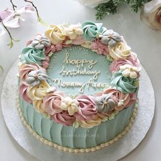 Cake with simple circle pink flowers and greenery, so simple and beautiful, I would love to have this cake at my party or event, especially in spring, spring cake Elegant Birthday Cakes, Birthday Cupcakes For Women, Beautiful Birthday Cakes, Beautiful Cakes, Amazing Cakes, Birthday Cake For Mother, Best Birthday Cakes, Birthday Cake For Women Simple, Creative Birthday Cakes