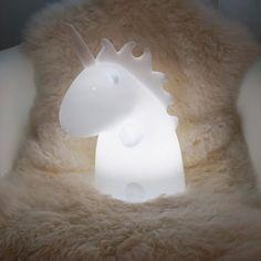 Es ist an der Zeit, sich der Magie hinzugeben! Die Einhorn Leuchte ist die kleine Schwester der Einhorn-Riesenleuchte. Sie ist ein niedliches Geschöpf, das schnell zum besten Freund des Menschen wird.