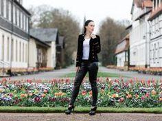 Military Style Blazer mit Lederhose und Plateau Pumps – Fashion Blog