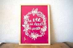 Cadre en bois avec illustration en papier découpé - texte et cadre de fleurs - mantra - La vie c'est tout de suite