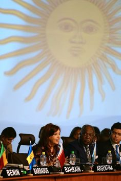 """La presidenta llamó a los países participantes de la Cumbre G77+China a pronunciarse sobre las """"prácticas financieras de expoliación"""" de los fondos buitre, así como a la vigencia de prácticas colonialistas.  """"Éste pequeño grupo de fondos pone en peligro no sólo a la Argentina, sino al conjunto del """"sistema económico internacional"""""""