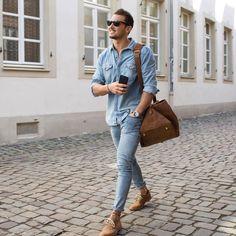 デニムシャツといえば、ストリートスタイルからジャケットスタイルまで幅広くフィットするメンズファッション定番アイテムだ。今回はデニムシャツにフォーカスして注目の着こなしを紹介! デニムシャツ、シャンブレーシャツ、ダンガリーシャツの違いとは? デニムシャツとは現在、一般的にインディゴブルーのシャツ全般を指すが、実は正確に言うと「デニム」「シャンブレー」「ダンガリー」は異なる生地だ。気にせずとも問題ないが理解しておくと服選びが少し楽しくなるかもしれない。 デニムシャツ生地の種類①「デニム」 デニムは、縦糸が色糸(インディゴ)、横糸が白糸の※綾織物だ。テントや船の帆に使われていたキャンパス生地が起源であり、一般的なジーンズやトラッカージャケットに使用されている。インディゴの縦糸が色落ちして、下に隠れた白糸が目立ってくるエージングはデニムの特徴の一つだ。(※綾織とは?..ツイルとも呼ばれ、経糸が2または3本の横糸を通過した後に、1本の緯糸の下を通過することを繰り返す織り柄だ。)また、綾織りは別名で斜文織と呼ばれているように、表面に斜めの織り模様が浮かぶ。…