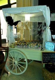 Zu Halloween macht der Wagen natürlich auch eine gute Figur in Weiß. Hier haben wir als Ausstellungsstand für die leckeren cakepops für www.guterkuchen.de gedient. Candy Cart, Candy Table, Cakepops, Parties, Bar, Halloween, Wedding, Home Decor, Figurine