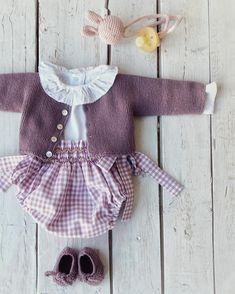 Knitting Patterns Baby Girl Dress New Ideas Knitted Baby Clothes, Baby Kids Clothes, Doll Clothes, Baby Knitting Patterns, Baby Patterns, Baby Kind, My Baby Girl, Baby Girl Fashion, Kids Fashion
