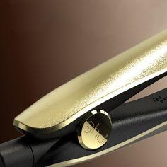 Para celebrar el lanzamiento de la nueva Gold, GHD ha producido su styler más lujosa hasta el momento con auténtico oro y valorada en más de 1200€. Se presenta totalmente teñida de dorado, con placas brillantes y con una auténtica chapa de 18K. Sólo hay 3 stylers GHD Gold 18K en España y 70 en el mundo entero. Entra en www.ghdgold18k.com y descubre cómo participar.