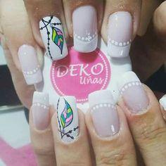 veo unas uñas decoradas con un blanco clarito y una linea en sus bordes y una rama en una uña un diseño de uñas vivo color blanco trasmite paz y armonia