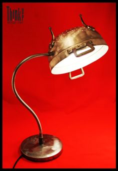 Lampada realizzata con scolapasta smerigliato