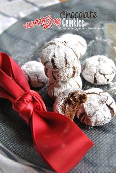 Chocolate Crinkles: I biscotti più buoni che abbia mai mangiato, croccanti fuori ma dal cuore morbido e cioccolattoso! ...E sono anche facilissimi da preparare   La ricetta la trovate su http://noodloves.it/chocolate-crinkles/ #Cioccolato #Biscotti #ChocolateCrinkles #Cookies #Dolce #Ricetta #Cuore #SanValentino #BlackAndWhite