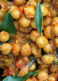 Scrumpdillyicious: Chana Masala: A Delicious Indian Chickpea Curry. I'm sure I already pinned a Chana Masala recipe, but it's never a bad idea to have multiples, just to be safe. you had me at curry Veg Recipes, Curry Recipes, Asian Recipes, Vegetarian Recipes, Cooking Recipes, Healthy Recipes, East Indian Food Recipes, Skinny Recipes, Chana Masala