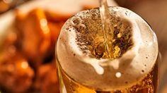 ビールはグラスに注ぐ角度によって味が変わる | ライフハッカー[日本版]