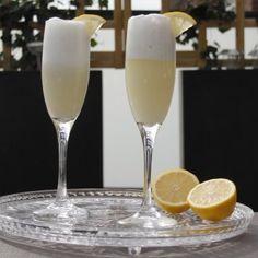 De Limoncello Espuma is een heerlijke zomerse cocktail met prosecco, limoncello en een bolletje sorbetijs. Probeer hem thuis eens te maken!