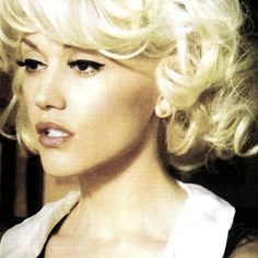 Gwen Stefani - all time favorite blond classic chic Gwen Stefani No Doubt, Gwen Stefani Style, Pretty People, Beautiful People, Beautiful Women, I Look To You, Pin Up, Celebs, Celebrities