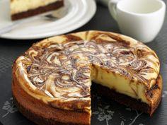 Marmorierter Käsekuchen | Zeit: 45 Min. | http://eatsmarter.de/rezepte/marmorierter-kaesekuchen