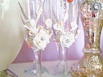 Hochzeitsgläser  verziert mit Porzellanblumen.