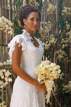 As rendas foram costuradas para criar um efeito visual que afina ainda mais a cintura da noiva
