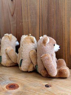 どんぐりのような形のクマさんたちです。 少しずつ、鼻の刺繍や目の大きさ、色が違います。  頭の上(少し後ろ)にリボンのループがついています。 携帯ストラップが付属しますので、電話やバッグなどにつけて ゆらゆらと持ち歩いていただければ嬉しいです(´(エ)`)ノ  トップ写真の5兄弟は旅立ちました。 今回の製作分は、5枚目の写真にてご確認くださいませ。 (頭の上にオレンジの数字のある分です) ↑↑↑現在、「3、5,6」は売約済みとなっています。  (※販売価格は1体の価格です)  ◆どんぐりクマさんは… 身長14センチ・座高10センチです。
