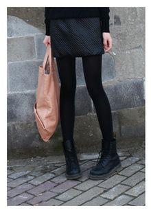 Calze coprenti nere (Calzedonia), Dr Martens nere, vestito eco pelle (Asos), maglione nero con tasche (Tezenis).
