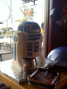 R2D2 cake by Holly Speakes