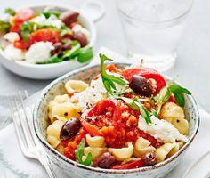 En mustig och mättande medelhavsinspirerad pasta som smakar ljuvligt och sprider väldoft i köket. De röda linserna får puttra i en fyllig tomatsås med sting från sambal oelek och vitlök. Servera såsen med er favoritpasta och en lyxig mozzarellasallad med grillad paprika, pepprig rucola och kalamataoliver. Smaklig måltid!