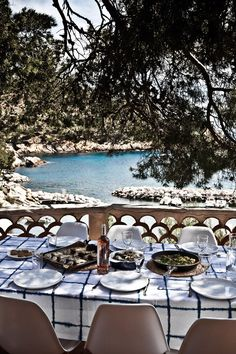 al fresco dining in the Provence Vie Simple, Porches, France Photos, Al Fresco Dining, Plein Air, Outdoor Dining, Dining Table, The Great Outdoors, The Good Place