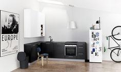 hoek-opstelling met hoge bovenkasten | vrijstaande koelkast | Kvik Sera Keuken met zwarte kraan