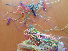 Fläta med plastband – Lippaloppa – virkat och annat pyssel Finger Knitting, Crochet Necklace, Jewelry, Barn, Wristlets, Jewlery, Converted Barn, Jewerly, Schmuck