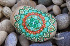 Irremediablemente es algo que vinculo... circunferencias, esferas o casi círculos, me inspiran para dibujar mandalas sobre las piedras.   Y ...