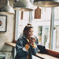 Discovered by Mary-Elle. Find images and videos about zoella, zoe sugg and coffee on We Heart It - the app to get lost in what you love. Chic Short Hair, Short Hair Styles, Zoella Outfits, Zoe Sugg, Jean Jacket Outfits, Sexy Girl, Photography Poses, Autumn Fashion, Stylists
