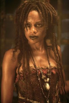 Tia Dalma was a practitioner of voodoo and was known as a mystic and witch doctor. She resided in a shack on the Pantano River in Cuba in the cypress forest in Pirates of the Carribean Davy Jones, Maquillage Voodoo, Film Pirates, Tia Dalma, Voodoo Costume, Voodoo Priestess Costume, Zombie Costumes, Witch Doctor, Kino Film