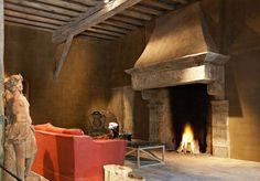 salon señorial rustico con chimenea de piedra grande