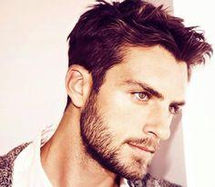 Comment faire pousser la barbe plus rapidement. Beaucoup d'hommes préfèrent se raser tous les jours et avoir un visage entièrement dénué de poil. Mais de plus en plus d'hommes souhaitent avoir une barbe bien soignée, soit pour renforcer leur mascul...