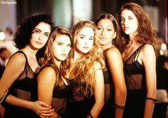 Topetes marcaram as cabeças femininas nos anos 90, e cabelos com ondas naturais;